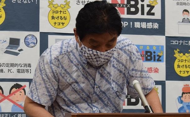 写真・図版 : 金メダルをかじったことなどについてあらためて謝罪する河村たかし・名古屋市長=2021年8月12日