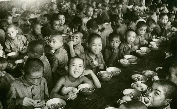 東京都養育院(現東京都健康長寿医療センター)の戦災孤児たち=1946年8月ごろ、東京都板橋区