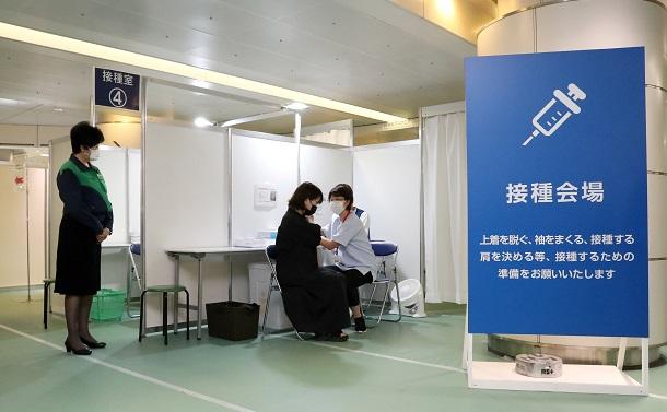 写真・図版 : 東京都行幸地下ワクチン接種センターを視察する小池百合子東京都知事=2021年8月1日、東京都千代田区