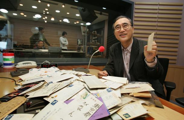写真・図版 : 「オールナイトニッポン」の人気DJとして活躍、のち社長に就任した亀渕昭信氏=2006年5月16日、東京・有楽町