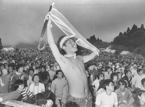 写真・図版 : ピンク・フロイドの登場に熱狂した「アフロディーテ」の聴衆たち=1971年8月6日、神奈川県箱根芦ノ湖湖畔