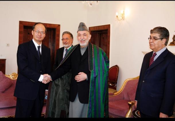 カルザイ大統領と高橋礼一郎さん(高橋さん提供)