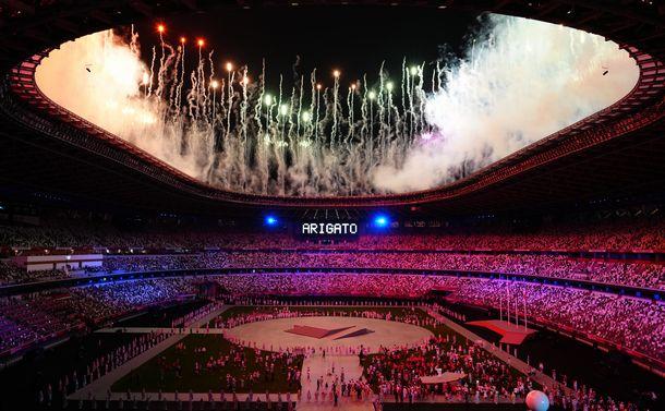 東京五輪閉会式の最後に花火が打ち上げられ、電光掲示板に「ARIGATO」の文字が表示された=2021年8月8日、国立競技場