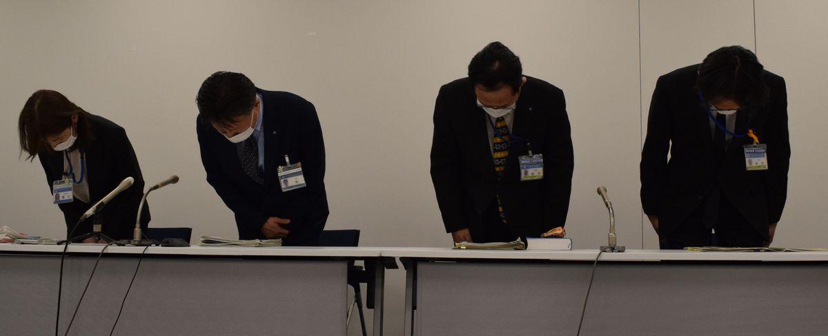 写真・図版 : 今年2月、横浜市神奈川区の福祉事務所の職員が、住まいを失い相談に来た人に生活保護の申請をさせない「水際作戦」を行った。対応について謝罪する市健康福祉局や神奈川区役所の担当者=2021年3月9日、同市役所