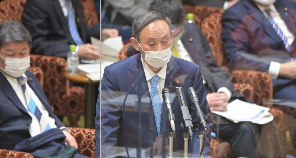 写真・図版 : 参院予算委で立憲民主党の石橋通宏氏の質問に答弁する菅義偉首相=2021年1月27日