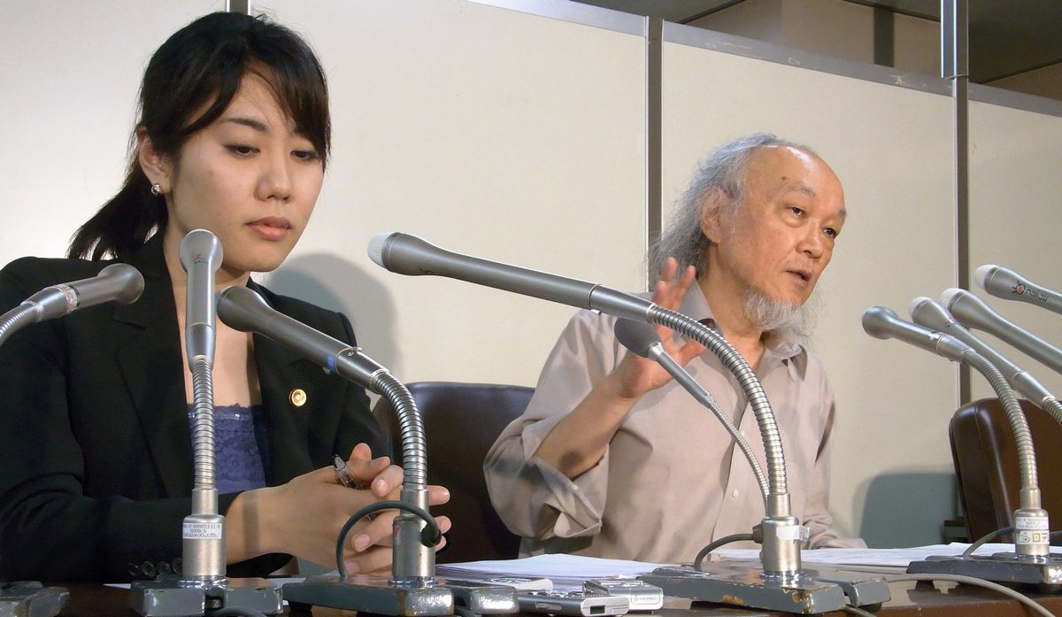写真・図版 : 永住権を持つ外国人について「生活保護法の対象ではなく受給権もない」とする判断を示した最高裁の判決言い渡し後、会見する原告代理人の瀬戸久夫弁護士ら。「原告は日本で生まれ育ち税金も納めてきた。法律の形式論だけで退け司法の使命を放棄した判決だ」と批判した=2014年7月18日、東京都千代田区