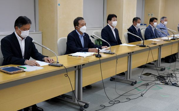 写真・図版 : コロナ対策の緊急提言をした東京都内の首長有志の6人。左から吉住健一・新宿区長、保坂展人・世田谷区長、酒井直人・中野区長、田中良・杉並区長、西岡真一郎・小金井市長、阿部裕行・多摩市長=2021年8月12日、都庁