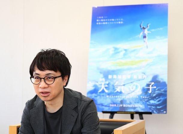 写真・図版 : 映画「天気の子」が公開され、インタビューに答える新海誠監督=2019年7月19日、東京都千代田区