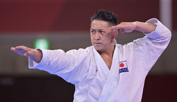 男子形の準決勝で演武する喜友名諒=2021年8月6日、日本武道館