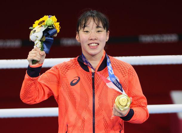 女子フェザー級で金メダルを獲得した入江聖奈=2021年8月3日、両国国技館