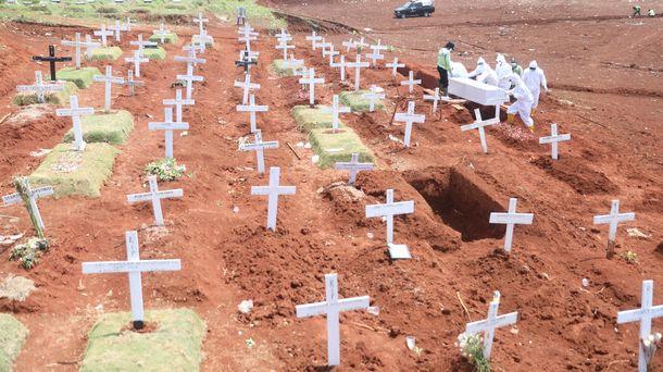 写真・図版 : 新型コロナウイルスの感染が疑われた遺体が埋葬されるインドネシア・ジャカルタ東部の公営墓地=2020年9月21日