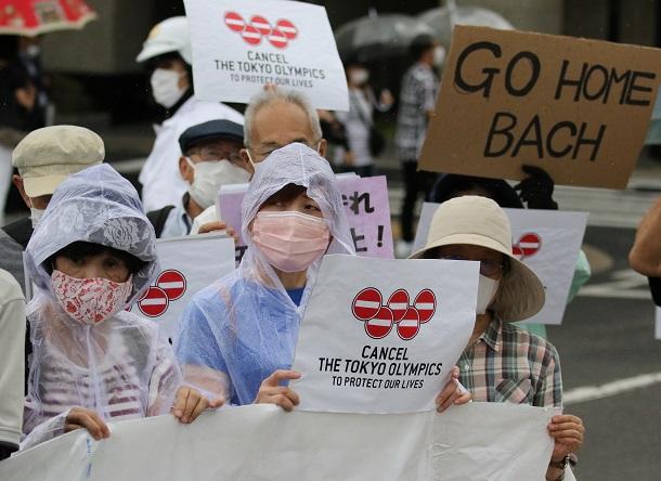 写真・図版 : バッハ会長の平和記念公園訪問に抗議する人たち=2021年7月16日、広島市