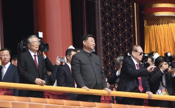 中国建国70年祝賀式典で、軍事パレードを見守る習近平氏。右は江沢民氏(2019年、天安門で)