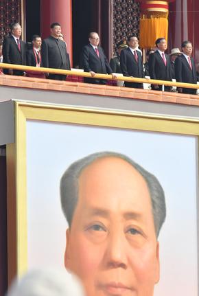 写真・図版 : 建国70年の祝賀式典では、毛沢東の肖像が大きく掲げられた(2019年撮影)