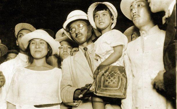 1923年7月、東京駅に着いた無政府主義者の大杉栄さんと伊藤野枝さん(左)、抱かれているのは娘の魔子さん。大杉さんは関東大震災直後の23年9月、伊藤さんらとともに甘粕正彦・憲兵大尉に殺された