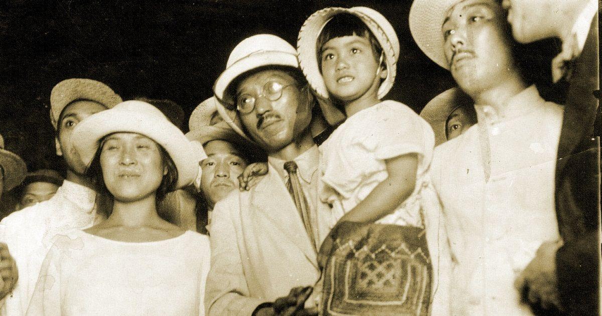 写真・図版 : 1923年7月、東京駅に着いた無政府主義者の大杉栄さんと伊藤野枝さん(左)、抱かれているのは娘の魔子さん。大杉さんは関東大震災直後の23年9月、伊藤さんらとともに甘粕正彦・憲兵大尉に殺された