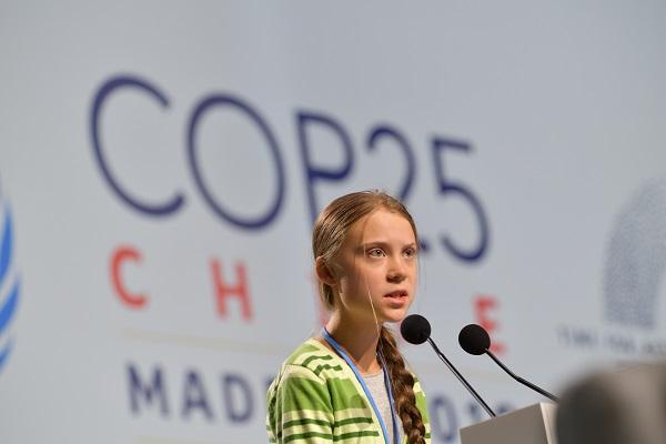 写真・図版 : COP25で演説する環境活動家のグレタ・トゥンベリさん=2019年12月、スペイン・マドリード