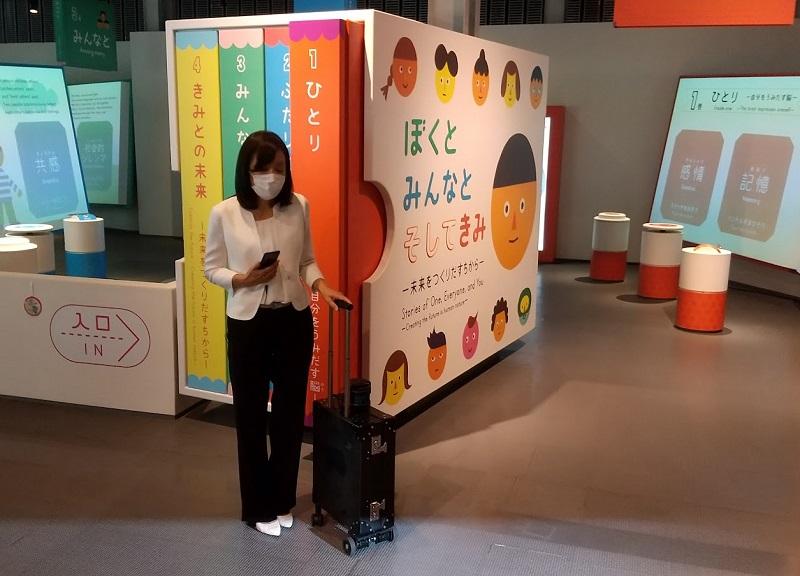 写真・図版 : AIスーツケースの利用を実演する浅川智恵子館長=2021年8月25日、日本科学未来館