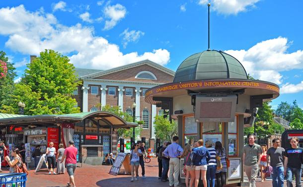 写真・図版 : 米国ハーバード大学のハーバードスクエア=2011年、shutterstock.com