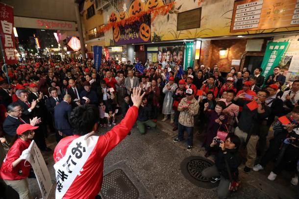 写真・図版 : 2017年の衆院総選挙、福岡市の街頭で手を振る候補者