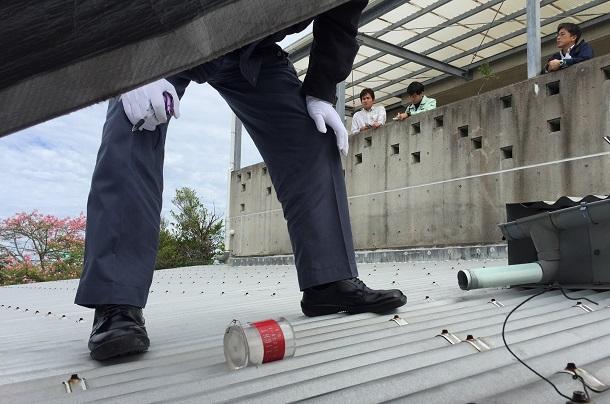 写真・図版 : 保育園の屋根に落ちていた円筒形の物体=2017年12月、沖縄県宜野湾市、緑ケ丘保育園の神谷武宏園長提供