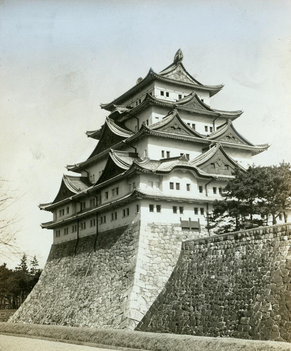 写真・図版 : 戦前の名古屋城本丸天守閣。南西方向から眺めた石垣が堀から直接立ち上がる姿が最も優美とされた=1936年撮影