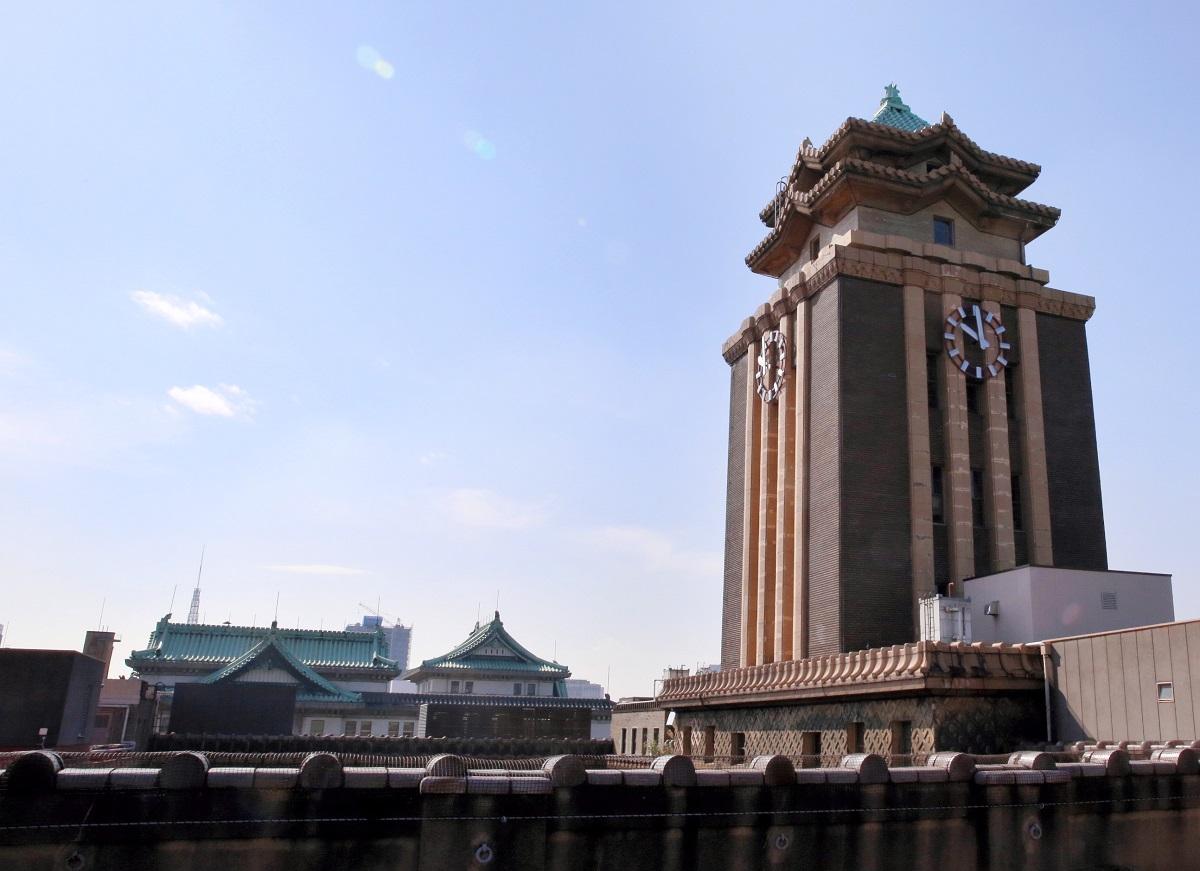 写真・図版 : 名古屋市庁舎(右)と愛知県庁(左奥)。いずれも国の重要文化財に指定されている