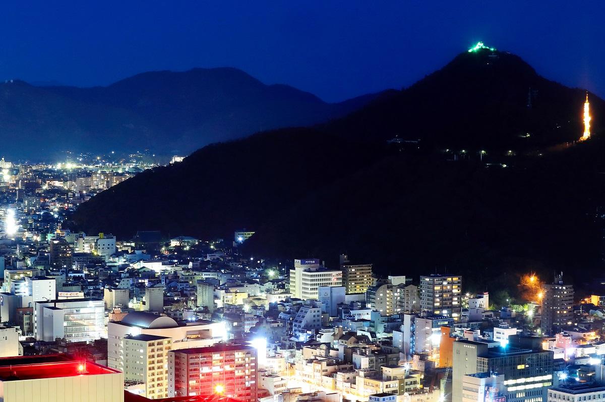 写真・図版 : 濃尾平野の北にそびえる金華山。山頂に岐阜城がある=岐阜市