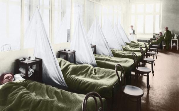 写真・図版 : 1918年からのスペイン風邪の流行の際のインフルエンザ病棟。フランス・エクス –レバインスにある米軍キャンプ病院。デジタルカラーを使った=shutterstock.com
