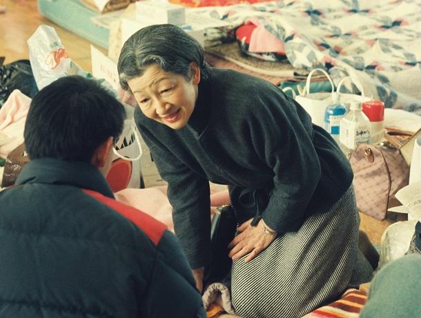 写真・図版 : 阪神・淡路大震災で避難している住民に話しかける皇后さま=1995年1月31日、兵庫県芦屋市の精道小学校