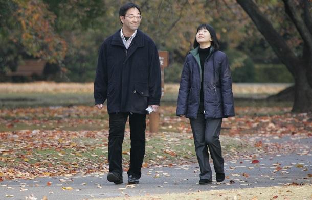 写真・図版 : 新宿御苑を散策する黒田慶樹さんと清子さん夫妻=2005年11月23日