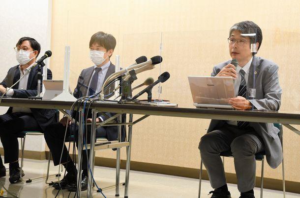 写真・図版 : 中学2年の女子生徒が遺体で見つかり、母親がいじめを訴えている問題で会見した弁護士ら=2021年8月18日、北海道旭川市