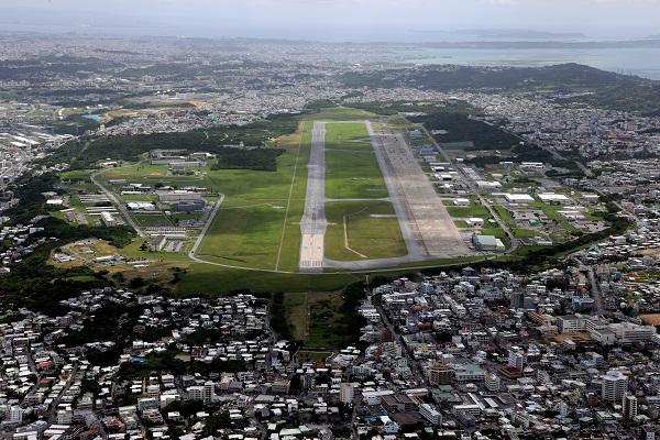写真・図版 : 米軍普天間飛行場=2021年7月、沖縄県宜野湾市、朝日新聞社機から