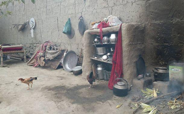 写真・図版 : 村落部の家庭の煮炊きを行う台所の様子(日本のNGO提供)©パスウェイズ・ジャパン