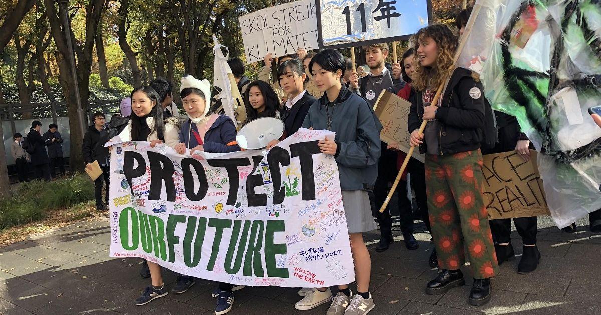 写真・図版 : 若者を中心に気候危機を訴えるグローバル気候マーチ=2019年11月29日、東京都新宿区