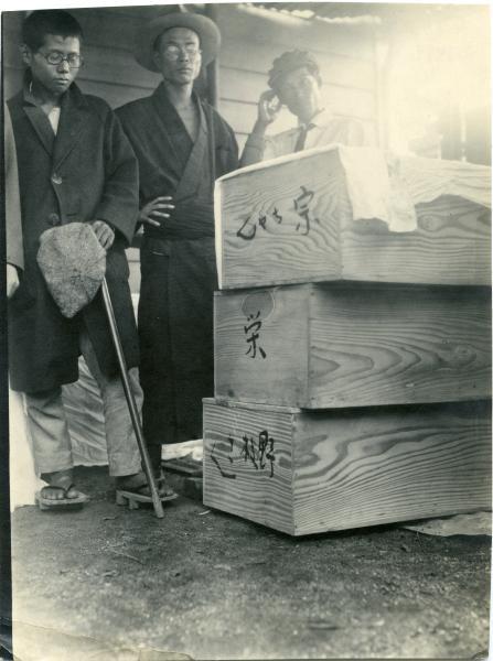 写真・図版 : 関東大震災の混乱の中、憲兵隊によって殺された大杉栄と伊藤野枝、大杉の甥橘宗一の棺。「宗ちゃん」「栄」「野枝さん」と書かれている=1923年9月、現在の東京都新宿区