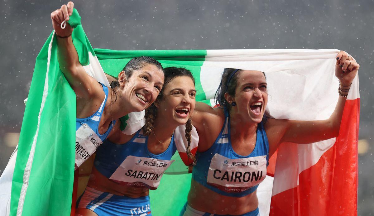 写真・図版 : 東京パラリンピック・女子100㍍(義足・機能障害T63)はイタリア勢がメダルを独占した。優勝したアンブラ・サバティーニ(中央)、2位のマルティナ・カイロニ(右)、3位のモニカグラツィアナ・コントラファット=2021年9月4日、国立競技場
