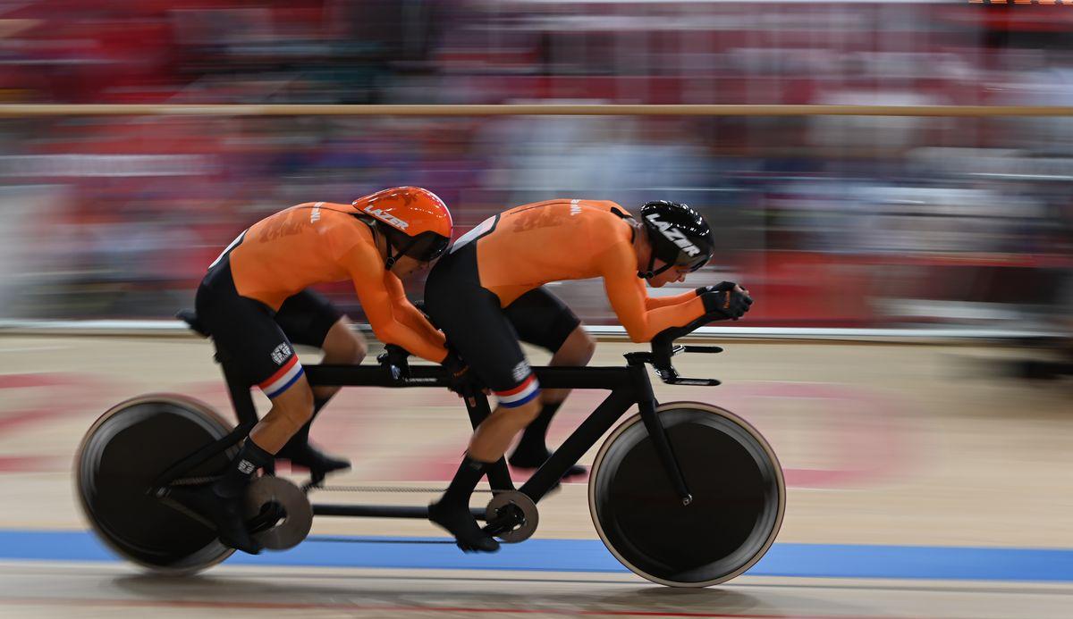 写真・図版 : 東京パラリンピック・男子4000㍍個人追い抜き(視覚障害)決勝で優勝したオランダのトリスタン・バングマ(左)。右はパイロット=2021年8月25日、伊豆ベロドローム