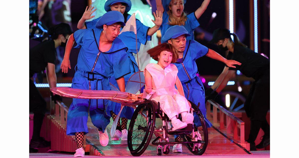 写真・図版 : 東京パラリンピック開会式で「片翼の小さな飛行機」を演じる和合由依さん(中央)。中学2年生で、生まれつき下半身と左手に障害がある。自ら応募し「主役」に選ばれた=2021年8月24日、国立競技場