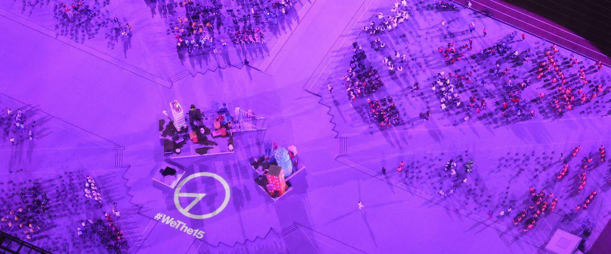 写真・図版 : 東京パラリンピックの閉会式で、場内に「#WeThe15」のロゴが投影された=2021年9月5日、東京・国立競技場、朝日新聞社ヘリから