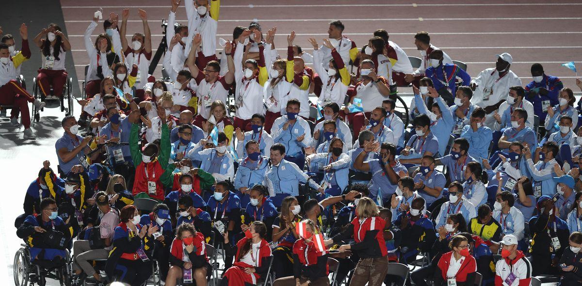写真・図版 : 東京パラリンピック閉会式に臨む各国・地域の選手たち=2021年9月5日、国立競技場