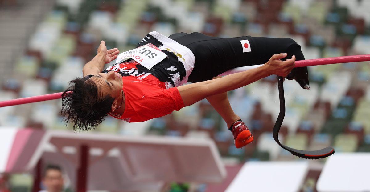写真・図版 : 東京パラリンピック・男子走り高跳び(義足・機能障害T64)決勝での鈴木徹の跳躍=2021年9月3日、国立競技場