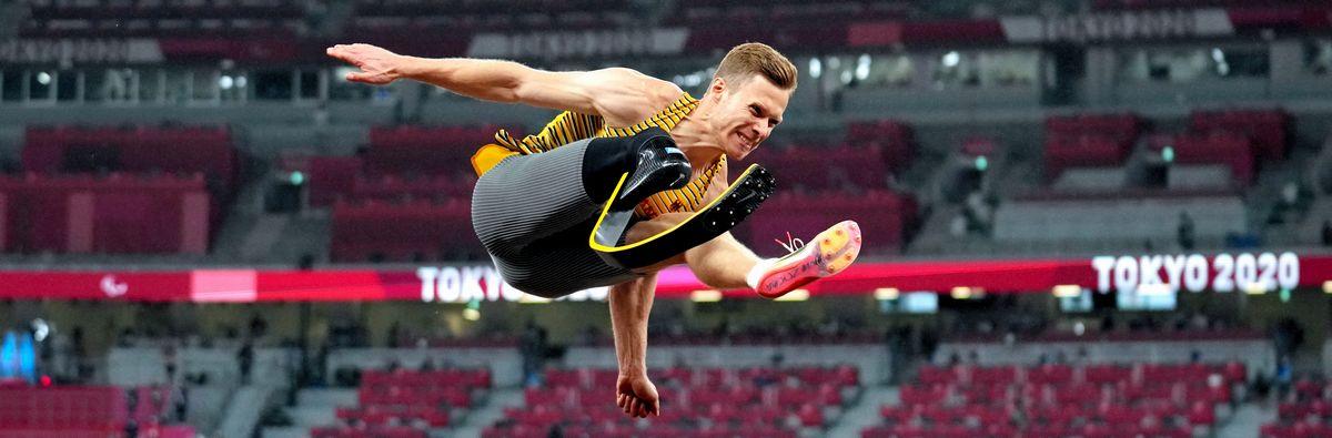 写真・図版 : 東京パラリンピック・男子走り幅跳び(義足・機能障害T64)で跳躍するドイツのマルクス・レーム。3連覇を果たした=2021年9月1日、国立競技場