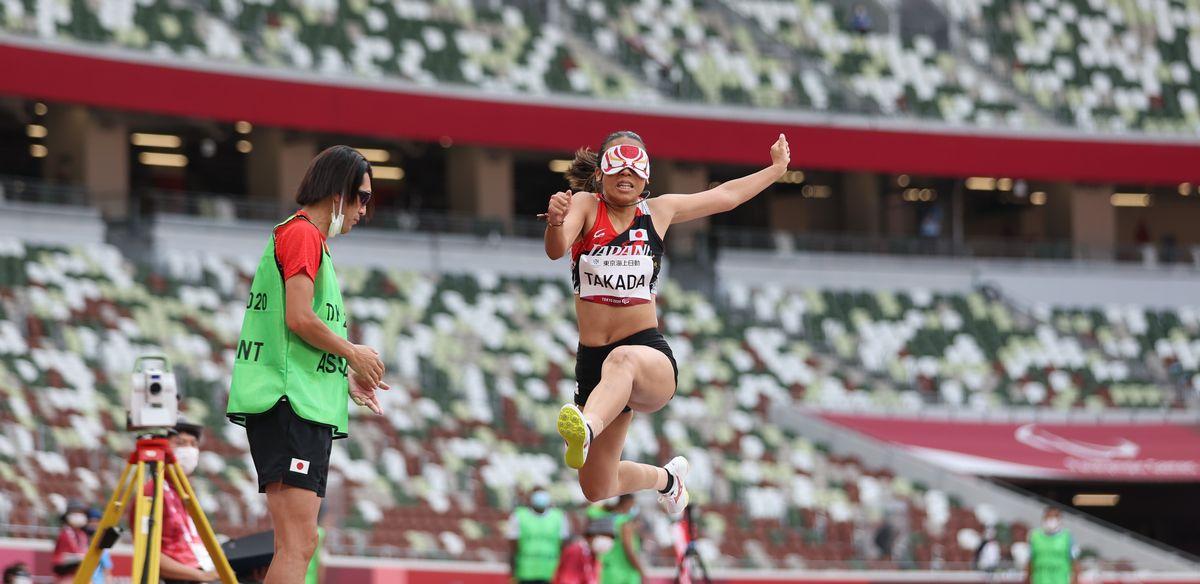 写真・図版 : 東京パラリンピック・女子走り幅跳び(視覚障害T11)で跳躍する高田千明=2021年8月27日、国立競技場