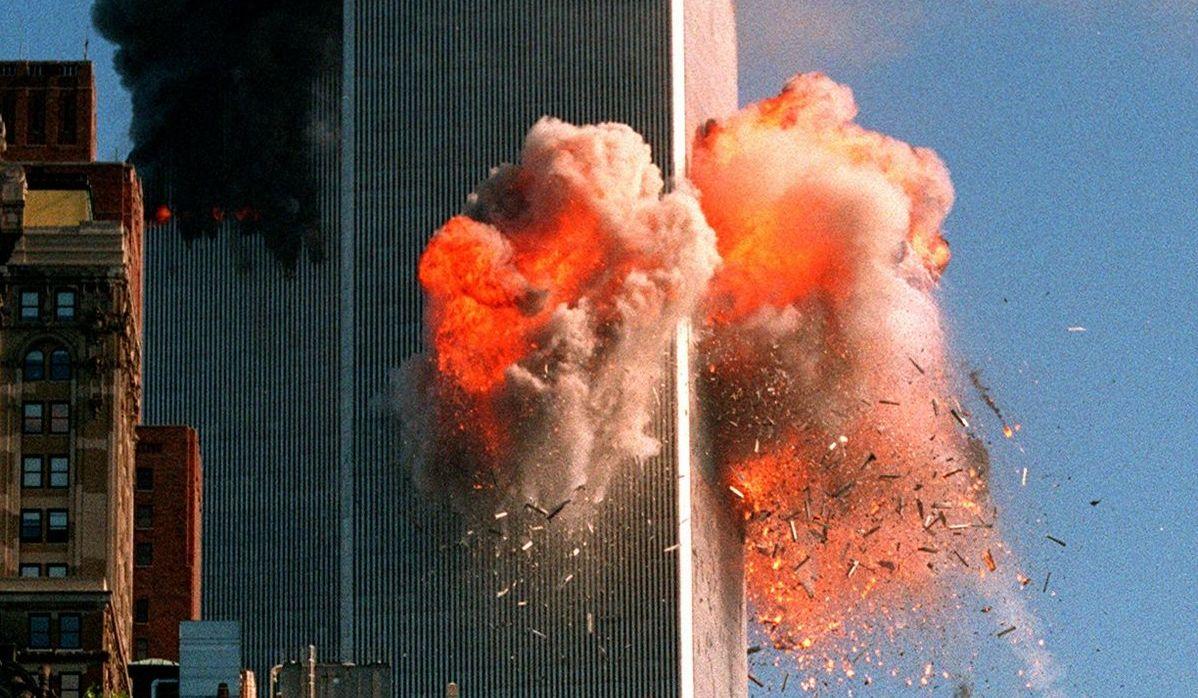 写真・図版 : 飛行機の突入直後、激しく炎が噴き出した世界貿易センタービル=2001年9月11日、米ニューヨーク