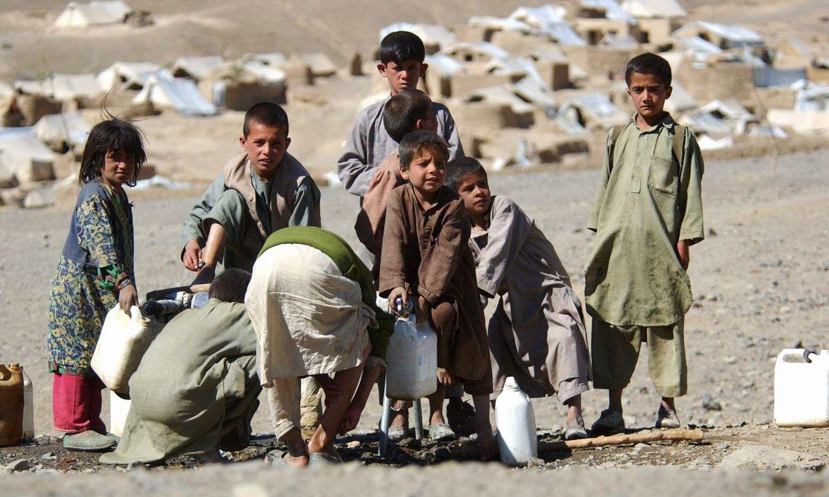 写真・図版 : 米英軍のアフガニスタン空爆開始から1週間。北部のパンジシール渓谷には、カブールなどから着の身着のままの避難民が続々と逃げ込んでいた=2001年10月14日