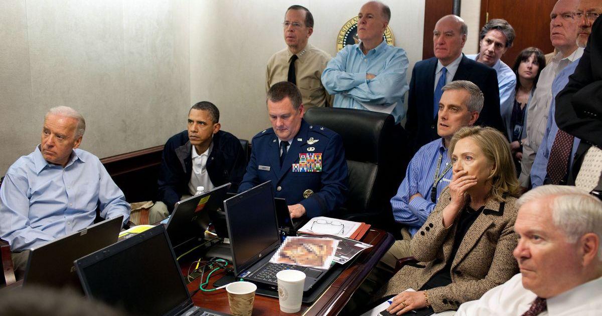 写真・図版 : 同時多発テロ事件首謀者であるビンラディン容疑者の急襲作戦現場からの同時中継を見守るオバマ大統領(左から2人目)ら米政府首脳=2011年5月1日、ホワイトハウスの危機管理室