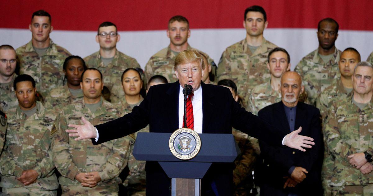 写真・図版 : アフガニスタンの米軍基地で演説するトランプ大統領。トランプ氏は撤退を目指して駐留米軍数の削減を進めた=2019年11月