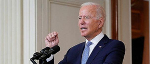 写真・図版 : アフガニスタンでの戦争の終結について演説するバイデン米大統領=2021年8月31日、ホワイトハウス