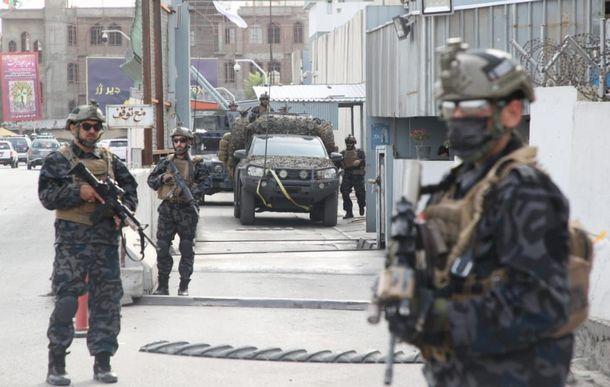 写真・図版 : 治安維持の名目で、カブール市内に展開するイスラム主義勢力タリバンの特殊部隊とされる画像。8月23日、タリバン構成員が朝日新聞に提供した